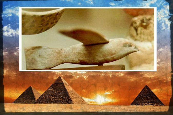 Наверху: Деревянная фигура III в. до н.э., найденная в Египте, которую одни считают планёром, а другие ―просто изображением птицы. Внизу: египетские пирамиды. Фото: Shutterstock*; edited by Epoch Times